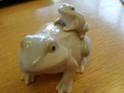 Mother & baby frog china ornament ( no reserve)
