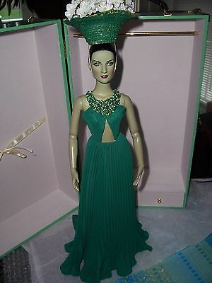 "Tonner Tyler OZ GREEN Witch 16"" Vinyl Doll in GREEN Ensemble +Flower Hat & Stand"