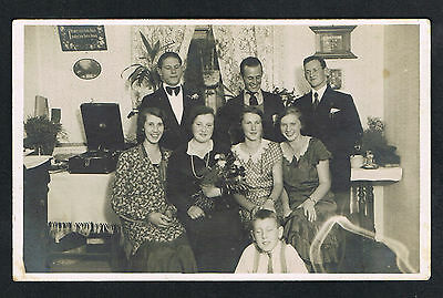 FOTO vintage PHOTO, Plattenspieler Wohnzimmer Personen, player living room /117