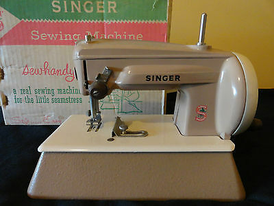 COLLECTABLE CHILD'S SINGER SEWING MACHINE TOY METAL & BOX  GREAT BRITAIN c.1960s