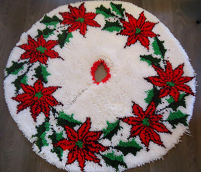 Vtg 70s/80s RED POINSETTIA LATCH HOOK RUG XMAS TREE SKIRT 43 IN Diameter WHITE