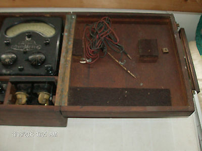 vintage Avo Meter model 40 universal in  nice wood case nice set for a collector