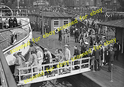 Photo - Passengers boarding Crested Eagle paddle steamer, Tower Pier, May 1925