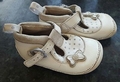 clarks girls white shoes. size 3.5F.