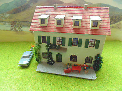 NICE OLD GUESTHOUSE WITH CLIMBING FLOWERS,CAR,,PEOPLE,BUILDING  HO, 00 gauge