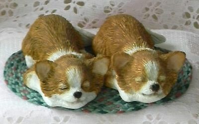 New WOB 2 Cute SANDICAST SNOOZER CHIHUAHUA Puppy Figurines + Free Rug Adorable!