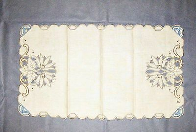 Vintage Embroidered Table Centre Piece Or Tray Cloth Doiley