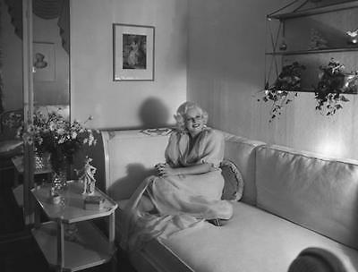 Beautiful Jean Harlow Platinum Blonde Sitting On Couch   8X10 Photo 528