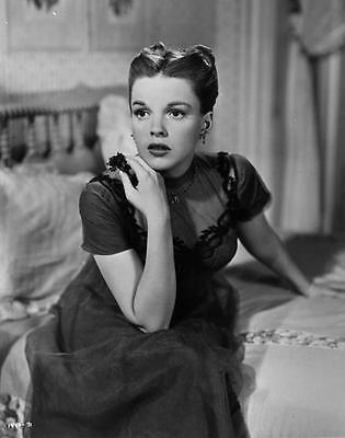 Beautiful Young Judy Garland Sitting On A Bed   8X10 Photo 774