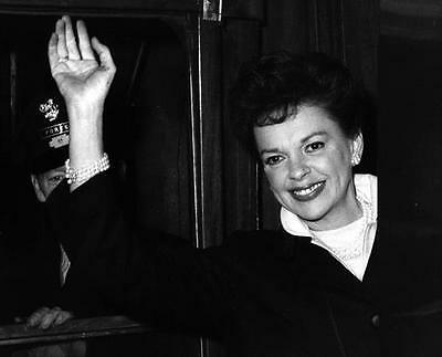 Beautiful Young Judy Garland Waves To Her Fans   8X10 Photo Pa 4