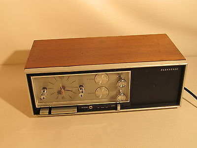 Vintage PANASONIC RC-7240C, AM/FM radio with analog alarm clock. (ref 702)