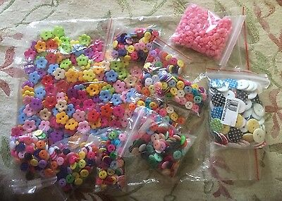 Large Lot Of Plastic Mixed Colour Buttons Floral 15mm Plain 9mm Over 1000 New