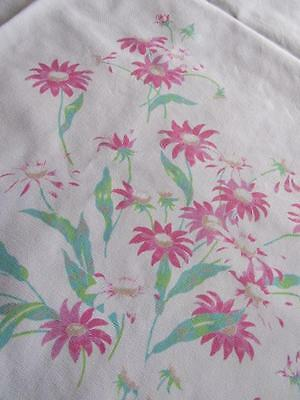 """Vtg Printed PINK DAISY Cotton Center Cloth Doily Table Topper 32x35"""" Tablecloth"""