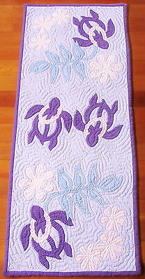 "HAWAIIAN QUILT TABLE RUNNER Honu Turtle 21 1/4"" x 51 1/4"" Lt Lavendar Background"
