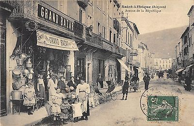 CPA 12 SAINT AFFRIQUE AVENUE DE LA REPUBLIQUE (magasin AU GRAND BAZAR