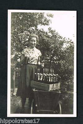 FOTO vintage PHOTO, Frau Kiste Bier woman case of beer femme ca de la biere (61)