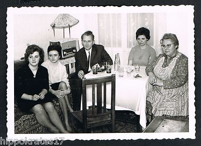 FOTO vintage PHOTO, Wohnzimmer Röhrenradio living room radio tube people /89d
