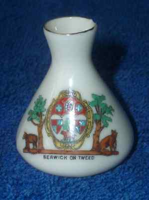 Almost perfect Clifton crested china Berwick-on-Tweed Northumberland Vase