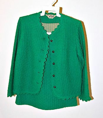 VINTAGE / RETRO LADIES / WOMENS EMERALD GREEN CROCHETED STYLE 2 PIECE SUIT 1960s