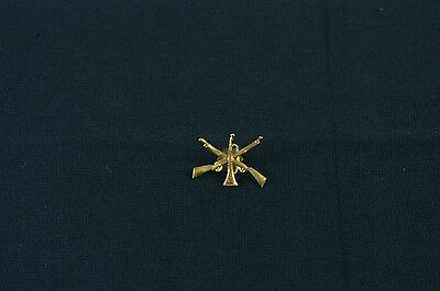 Military WW1 Hat Badge Crossed Rifles with Trumpet