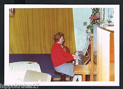 Photo Foto Frau Klavier Wohnzimmer woman piano living room femme salon (89)