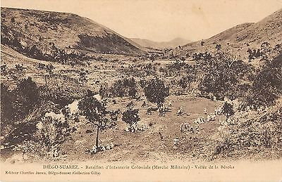 Cpa Madagascar Bataillon D'infanterie Coloniale Marche Militaire Vallee Besoka