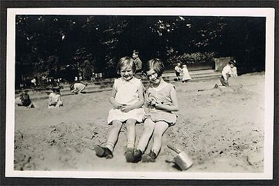 FOTO vintage PHOTO, 1931, feine Damen am Spielplatz, two ladies on playground /3