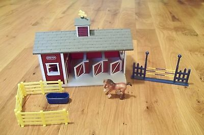 Breyer Stablemates Red Horse Barn Stalls with 1 horse