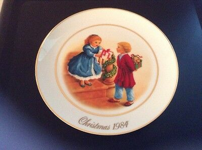 Avon Collector Plate Christmas 1984 Celebrating The Joy Of Giving 22K Gold Trim