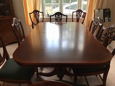 Beautiful Expandable mahogany dining table with matching chairs!