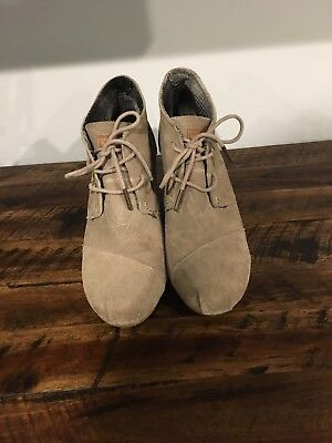 baae638a902 TOMS WOMEN S DESERT Wedge Size 9.5 M Taupe Suede Wedge Ankle Boots ...