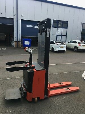 Stand on electric pallet truck -