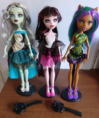 Frankie Stein, Draculaura, Clawdeen, Stands & Brushes Monster High Dolls Bundle.
