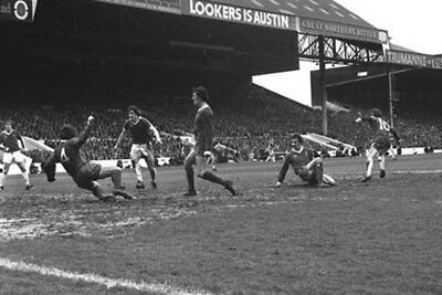 *STUNNING PHOTO* EVERTON 1977 DUNCAN McKENZIE (EV-128)