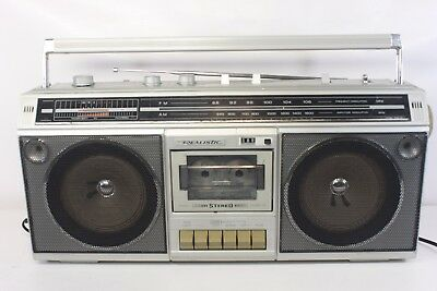REALISTIC 14-780, AM/FM stereo,cassette player-boombox. (ref A232)