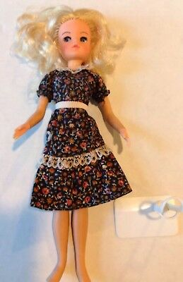 Vintage Blonde Sindy Doll by Pedigree 2 Gen 033055X Hong Kong Stand Shoes