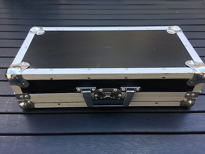 FLIGHT CASE  : 51.5 cm x 24.5 cm x 13.5 cm de haut