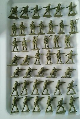 Vintage plastic toy soldiers - 42 green