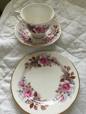 Set of 6 Bone china queen anne tea set and tea plates- great condition
