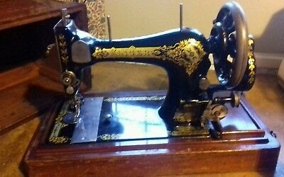 Vintage Singer Hand Cranked Sewing Machine with case (28K 1906)