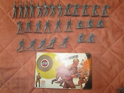 GREAT LOT OF 29 VINTAGE (1970's) RUSSIAN INFANTRY FIGURES 1:32 SCALE (V.G.C)