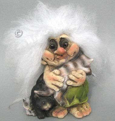 woman with cats,  NyForm Troll  Norway figurine,  Norvegia, Norvège,Noruega