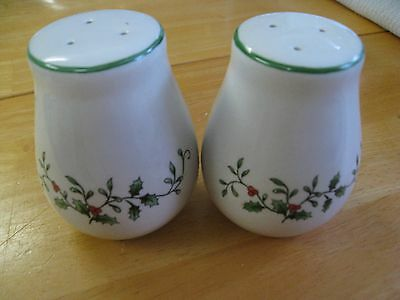 Holiday Holly & Berries Salt & Pepper Set