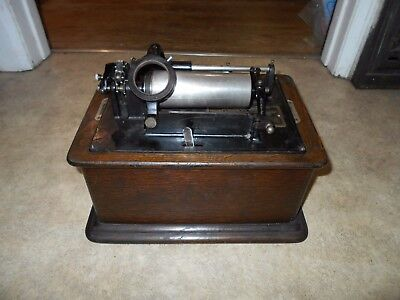 Functional Edison Standard 2/4 minute cylinder phonograph..   Runs and plays.