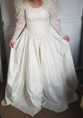 Beautiful Vintage Lace Wedding Dress Size 14  Ivory Wedding would fit size 12