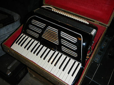 VINTAGE RIO No Markings  ACCORDION WITH CASE MADE IN ITALY / NEEDS TLC