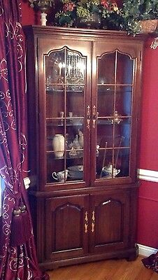 Thomasville Traditional Cherry Corner China Cabinet With Gl Shelving