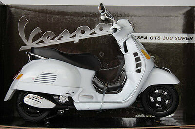 VESPA  GTS 300 SUPER 1/12th  MODEL  MOTORSCOOTER  WHITE
