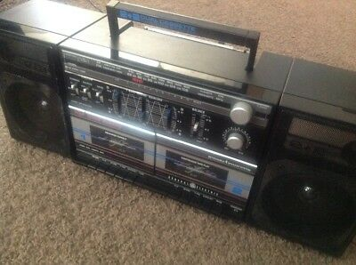 General Electric Dual Cassette player / Radio. Detachable speakers. Boom Box