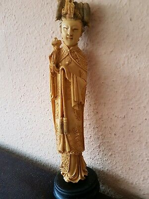 China Figur  Bein Optik mit Holzsockel 28 cm
